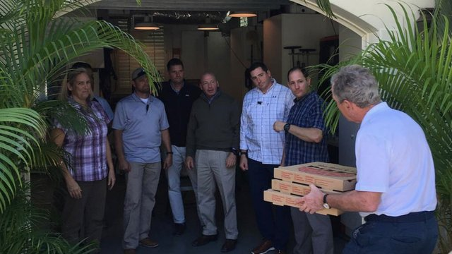 Bush calls for end to shutdown, delivers pizza to Secret Service https://t.co/oq8TRd1dha