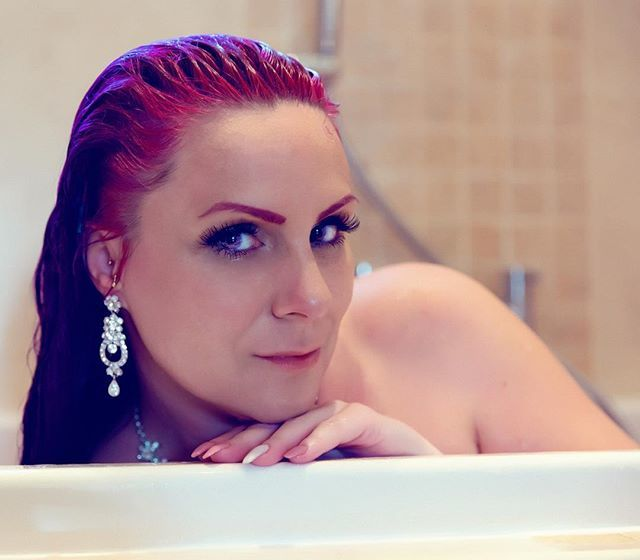 Amazing shoot in my mums really big bath! 💜  Thanks @colouredcontacts for my amazing Galaxy lenses! Love them, they're so comfortable too!! 💜 #potd #bath #bathshoot #wet #wethair #jewelry #earings #portrait #beauty #eyeshadow #eyemakeup #makeupartist… http://bit.ly/2Mm4Ipq