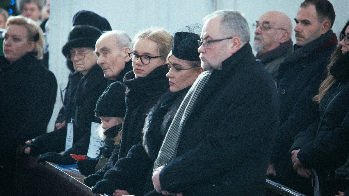 INSIGHT: Funeral held for murdered Gdansk mayor https://reut.rs/2FIslY2