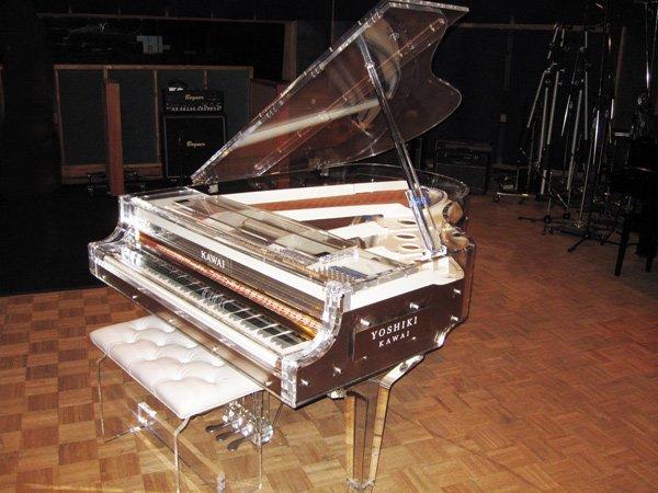 #kimimachi 鍵盤楽器が印象的な曲 Forever Love/X JAPAN(1996年7月発売) 作詞·作曲:YOSHIKI/編曲:X JAPAN 1996年8月公開 アニメ映画「X」主題歌 X JAPAN、YOSHIKI、そして鍵盤楽器とくればもはや説明不要のこのクリスタルピアノ!! YOSHIKIのピアノの価格は何と1億円!!!!! 写真