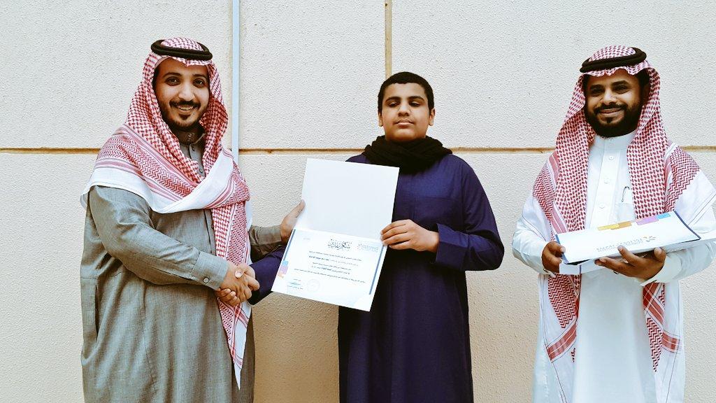 لحظات تكريم الطلاب المشاركين برنامج