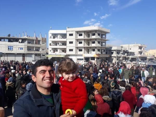 KOBANE CONDAMNE L'INVASION D'AFRIN  Des milliers d'habitants de Kobanê se sont rassemblés autour de la statue de la femme libre pour condamner l'invasion turque d'Afrîn dont les attaques ont commencé il y a un an jour pour jour.  #stopturkeydefendrojava #Kurdes #SYRIE