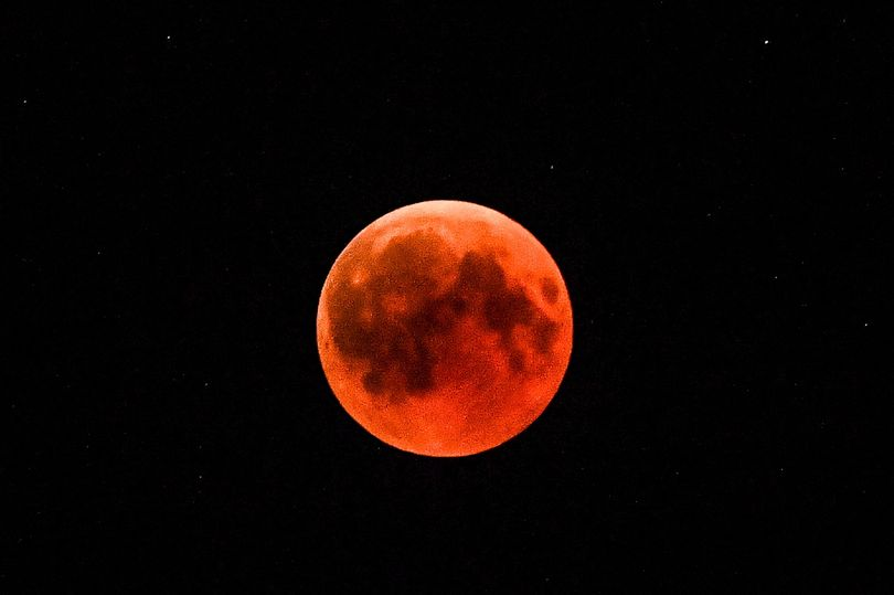 How you can see the super blood wolf moon in the UK tonight https://t.co/bjue2veUvY