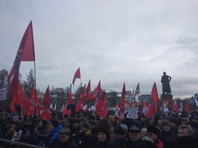 На Суворовской площади в Москве начинается митинг «За сохранение территориальной целостности России. Против передачи Курильских островов в состав Японии». Собралось уже около 2000 человек, люди продолжают подходить. Много полиции, японские журналисты активно снимают митинг Фото