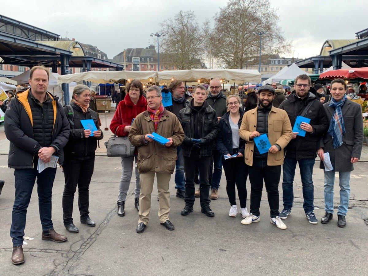 Le comité @EnMarcheRouen mobilisé une fois encore pour aller à la rencontre des Rouennais.   Ce matin, sur le marché Saint-Marc, avec la présence remarquée des @jeunesMacron76 pour nous soutenir !   #Rouen