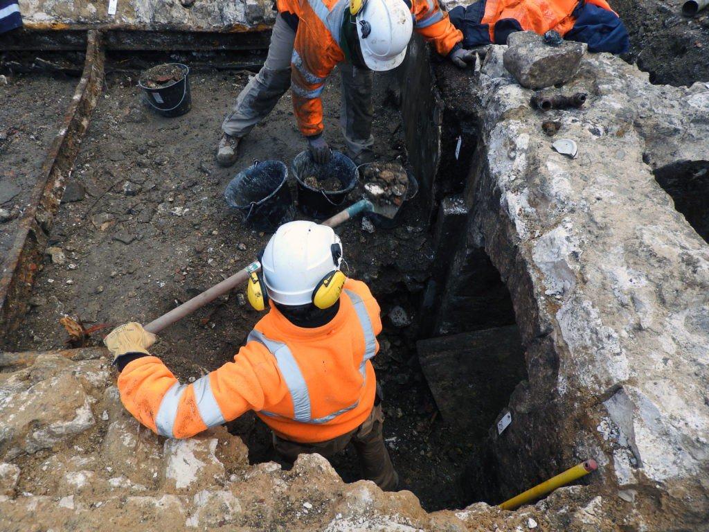 Depuis une semaine, une équipe de l'Inrap effectue des fouilles archéologiques au pied de la cathédrale de #Rouen. Images et détails sur @76actu ➡️ https://actu.fr/?p=20918560