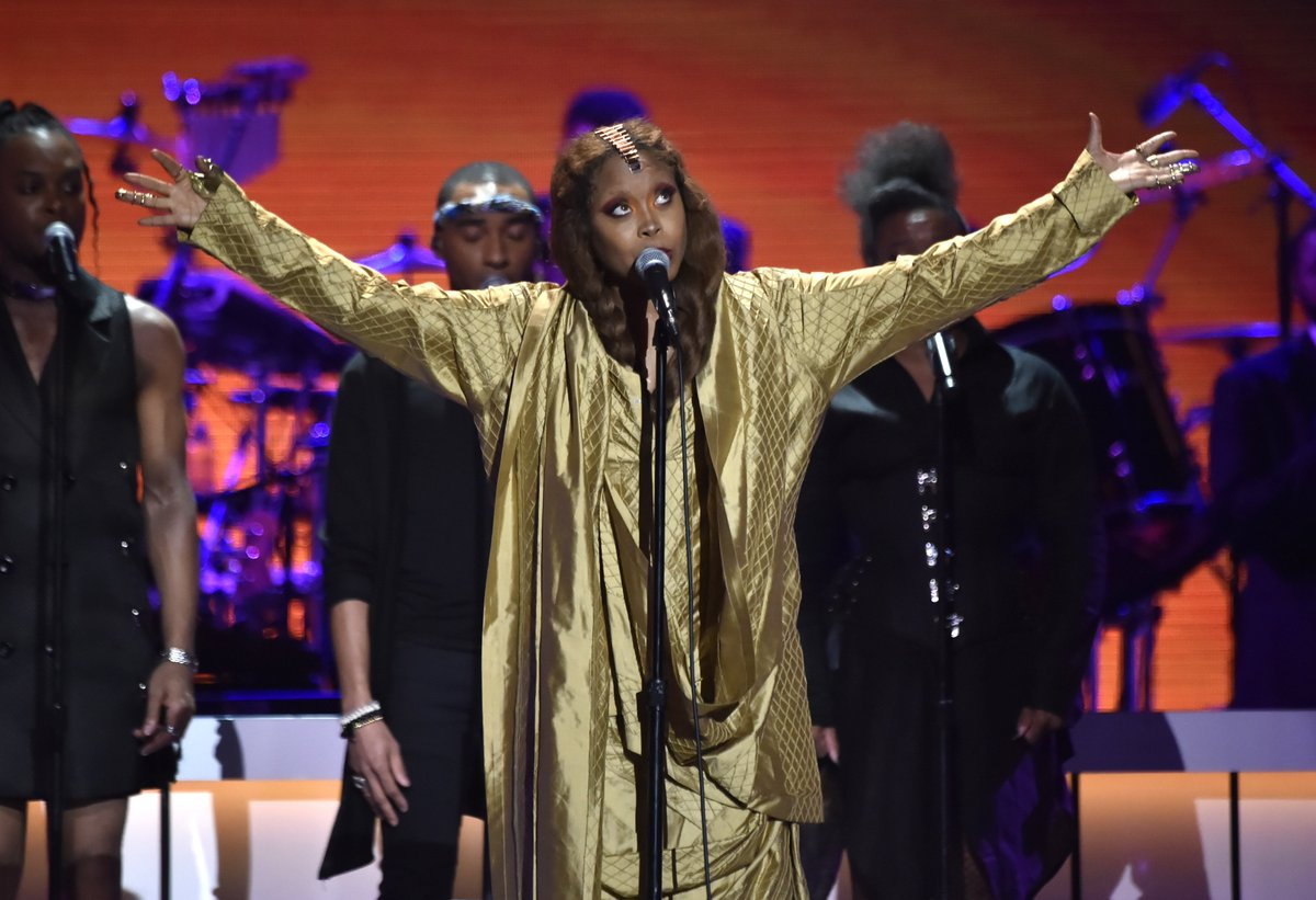 Fans tweet about Erykah Badu's defense of R. Kelly at a Chicago show: https://t.co/MqYhQV7TbS