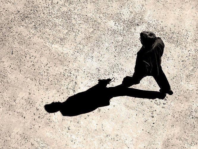 إنما الرزق الذي لا تطلبهُ يشبه الظل الذي يمشي معك  أنت لا تُدركه مُتبعاً  وهو وإن وليتَ عنه تبعك
