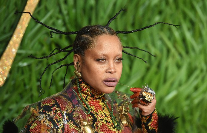 Erykah Badu angers fans as she appears to defend R. Kelly https://t.co/1i10f5CGpg