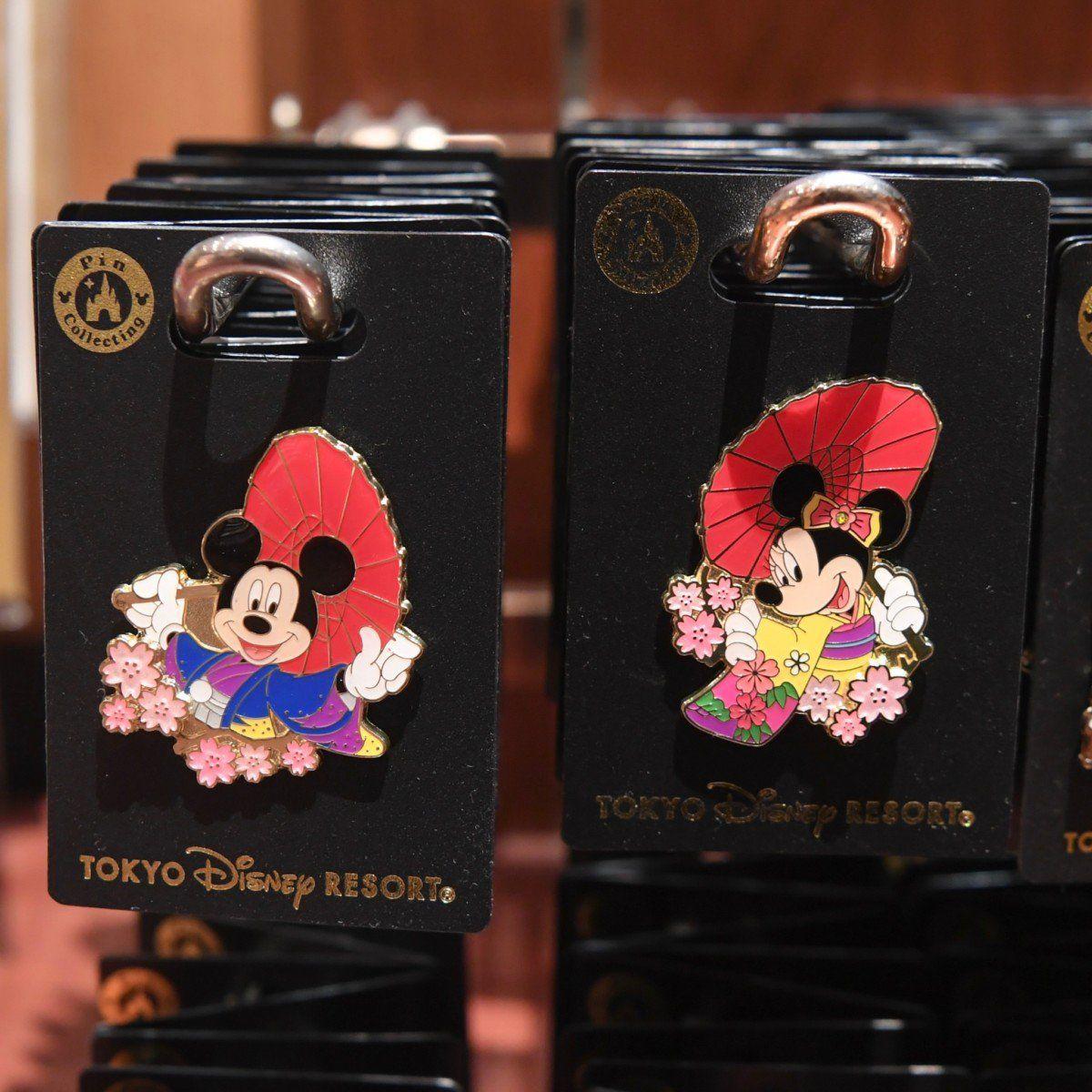 番傘がおしゃれな晴れ着姿!東京ディズニーランド「ミッキー&ミニー」グッズ・お土産桜もデザインされたピンバッジ本日発売☆1200円です詳しくは→