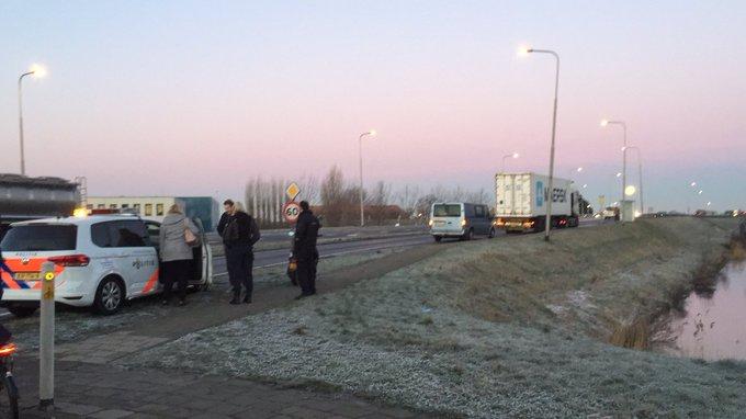 Ongeluk vanmorgen aan Aartsdijkweg Maasdijk tussen scooter/vrachtwagen loopt gelukkig goed  af. https://t.co/XSgvWfGLhB