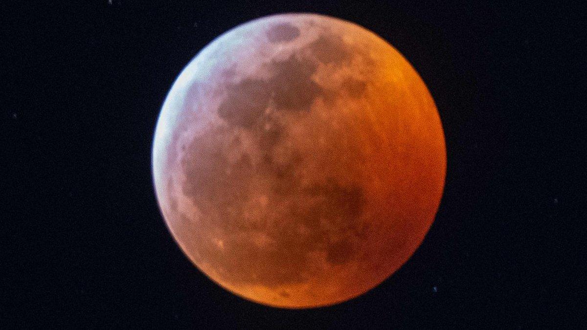 Astronomie: Levez les yeux sur l'éclipse totale, la pleine lune s'est teintée de rouge https://t.co/qG0D9Vttwg
