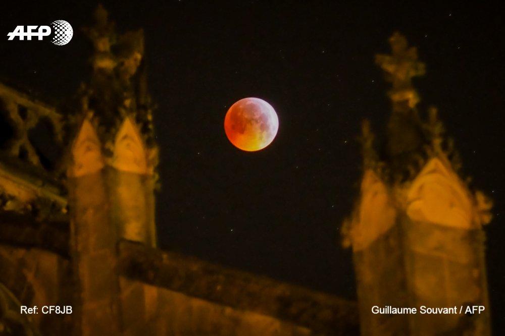 En Godewaersvelde, en el norte de Francia, @gsouvant fotografió el #EclipseLunar #AFP