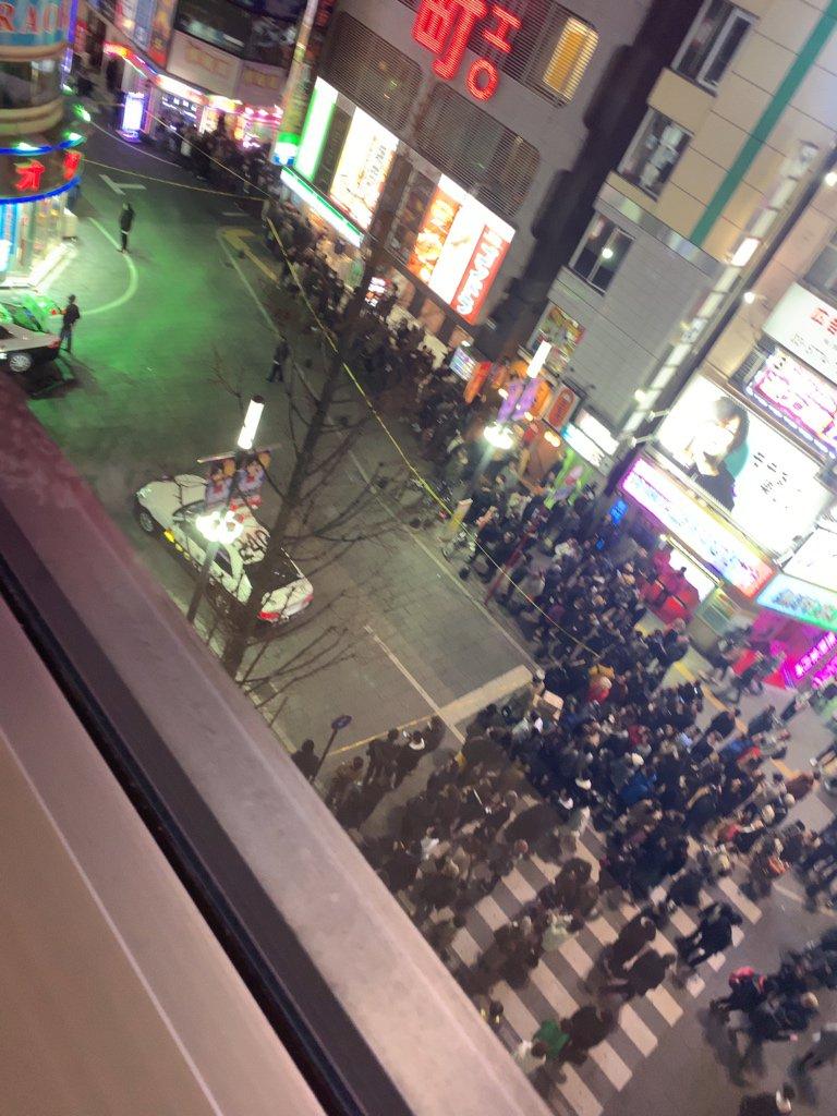 歌舞伎町で発砲事件があり周囲に規制線が張られている現場の画像