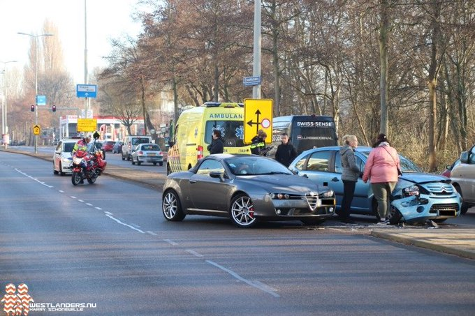 Ongeluk op de Erasmusweg https://t.co/EuxSwA3GnG https://t.co/Ve1AVhFwxk