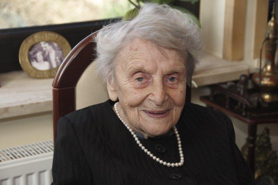 Czy wiecie, że najstarsza absolwentka #AGH, prof. Zofia Orman, jest rówieśniczką Akademii i właśnie obchodziła swoje 100. urodziny? 🎂  Z tej okazji odwiedzili ją przedstawiciele Uczelni aby złożyć życzenia.  Więcej: http://bit.ly/profOrman