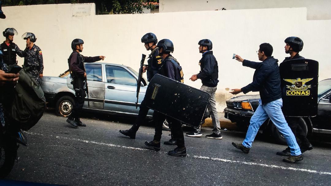 #AlertaSNTP | El reportero @JoanCamargo_ fue detenido mientras cubría los enfrentamientos en #Cotiza. Ya fue liberado, pero el #Conas le borró el materias de sus equipos. Foto Miguel Gutiérrez #21Ene