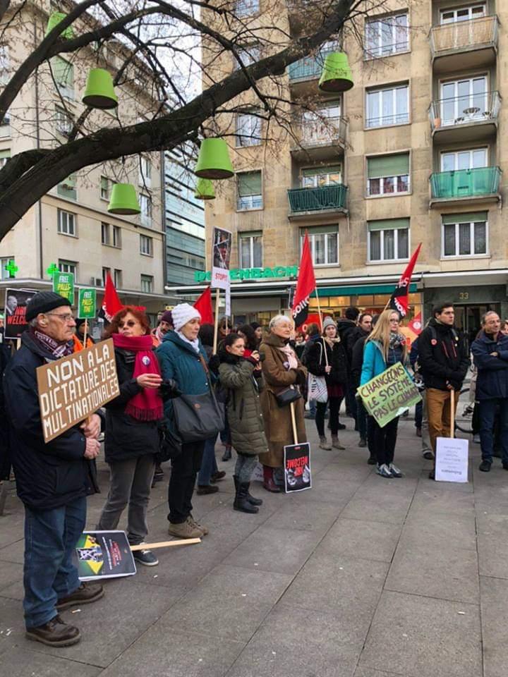 Na Suíça, manifestantes protestam contra as propostas retrógradas que Bolsonaro leva para seu discurso em Davos amanhã.  O mundo está de olho, e não está contente, com os rumos do Brasil.  Fotos: Coletivo GRITO Genebra.