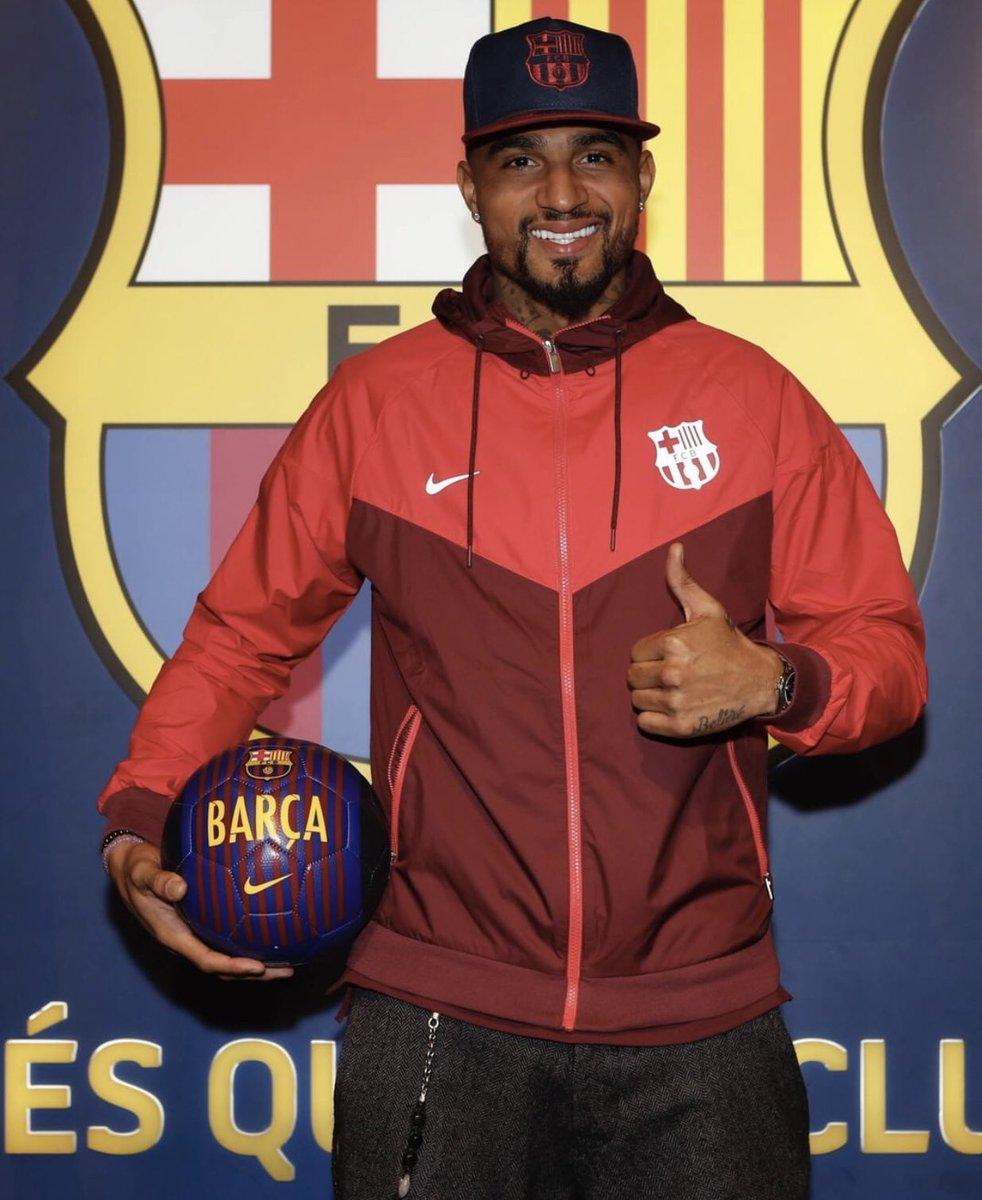 De no saber que Boateng jugará cedido en el Barça, tras ver esta foto habría jurado que andaba de turista haciendo el tour del Camp Nou.