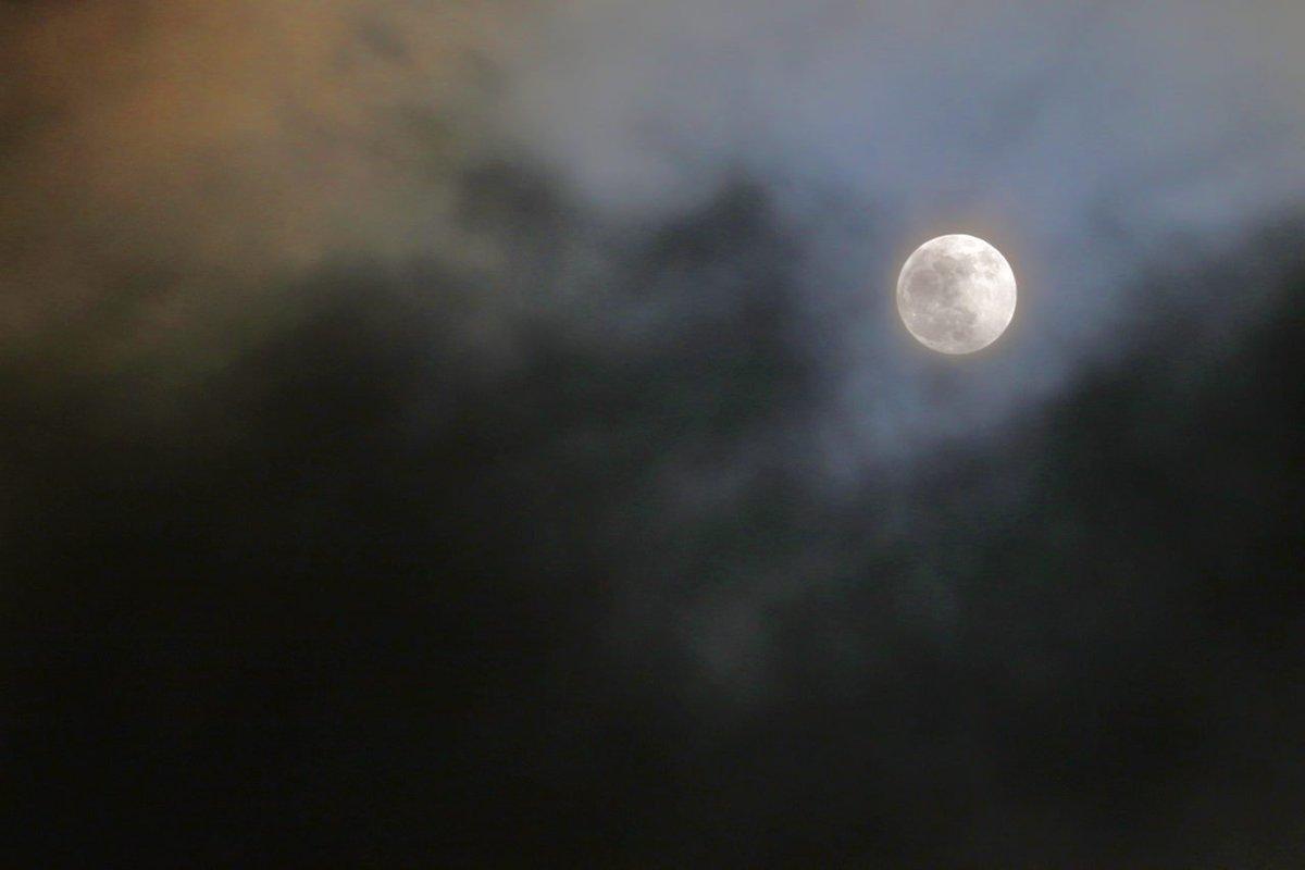Storm clouds racing across the sky (photo)