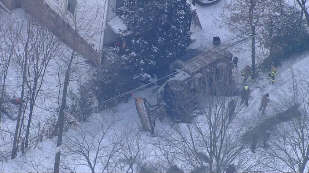 #BREAKING NEWs: 1 person taken to hospital following salt truck rollover in Pittsburgh.  https://t.co/jg96CtAhSw