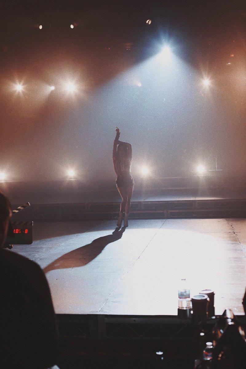 Ela está chegando! Ally Brooke revela título e fotos do videoclipe do seu primeiro single solo