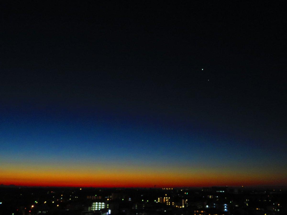 1日の始まりの空. 朝色が溢れてきた東の空には寄り添う金星と木星,西の空には煌々と輝くまんまるお月さま.今日も良い日になりますように.