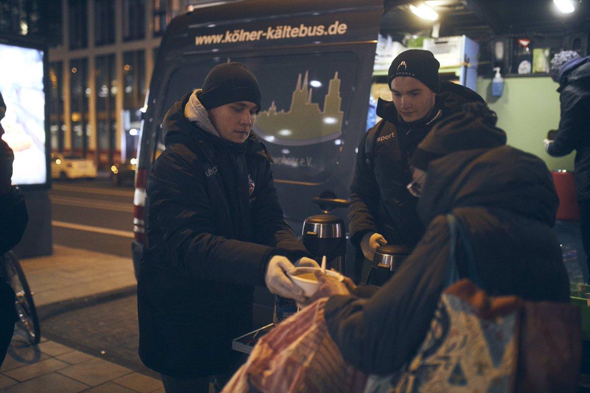 Es ist bitterkalt ❄️ Vor allem für diejenigen, die kein Dach über dem Kopf haben. Die Nachwuchsspieler der #U19 des #effzeh unterstützten heute den Kältebus am Breslauer Platz und verteilten Suppe und Jacken an Bedürftige. #fcstiftung