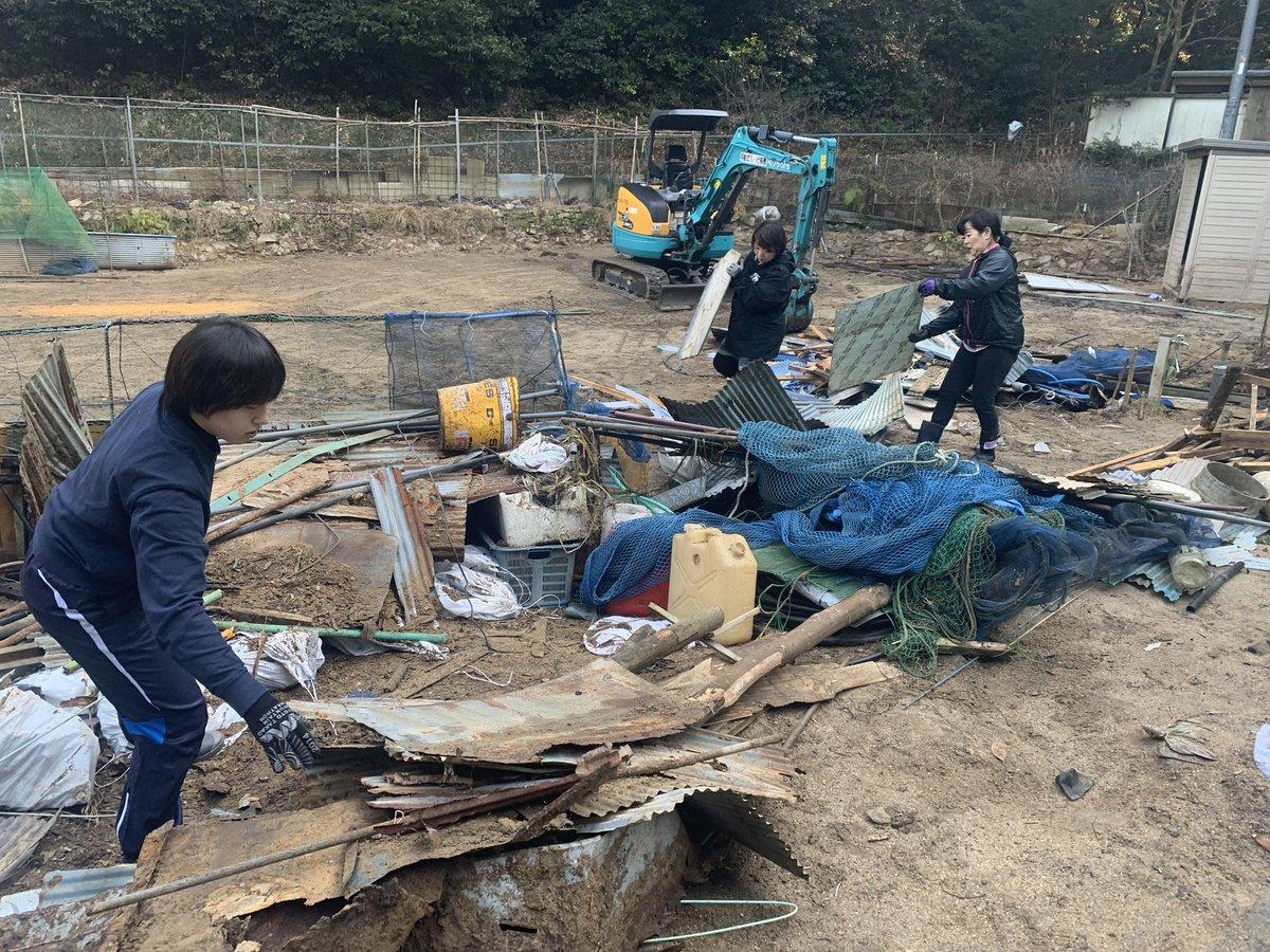 1月22日作業報告 畑に設置してあった納屋を撤去した後のゴミを仕分けしながら運搬しています。重機で壊すのは一発だけど仕分けと手作業での積み込みは大変です汗 #小屋浦