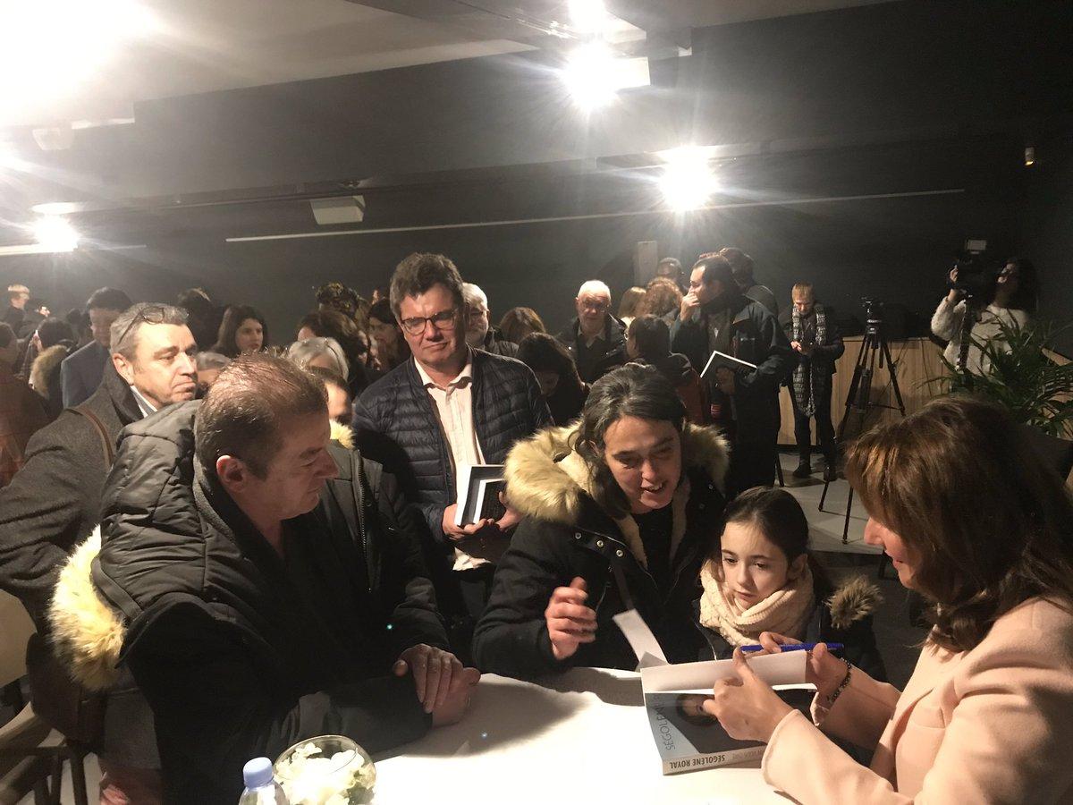 Salle comble à Alfortville pour un beau débat sur l'écologie, le féminisme et la démocratie suivi d'une dédicace de mon livre #Cequejepeuxenfinvousdire 📚🌍 @luccarvounas
