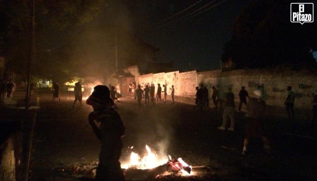 EL PUEBLO SIGUE EN LA CALLE Luchando por la Libertad en Los Mecedores Css mas de 300 esbirros con equipos antimotin tratan de detener las protestas por libertad