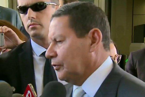 Presidente em exercício, Hamilton Mourão, comenta sobre caso envolvendo Flávio Bolsonaro  https://t.co/KfC5NbPrN1  #SBTJORNALISMO #POLÍTICA #FLÁVIOBOLSONARO