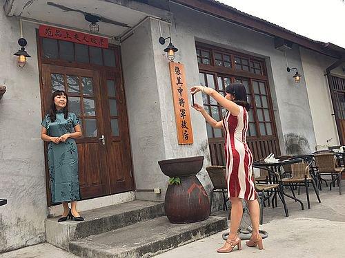 日本時代から残る宿舎群にチャイナドレス店  地域振興に期待http://japan.cna.com.tw/news/asoc/201901220008.aspx…  同店ではオーダーメードの注文を受け付けるほか、レンタルサービスの提供も行っており、客は店内の撮影スタジオや街中で写真撮影を楽しむことができる。