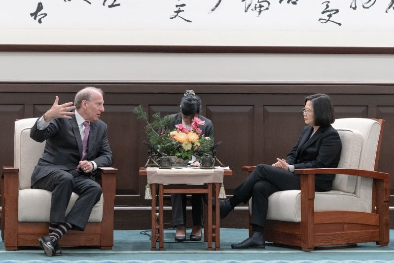 .@iingwen (right) exchanges ideas and views on key regional issues with @RichardHaass, president of #US think tank @CFR_org, at the Office of the President Jan. 21 in #Taipei City. (Courtesy of Office of the President)