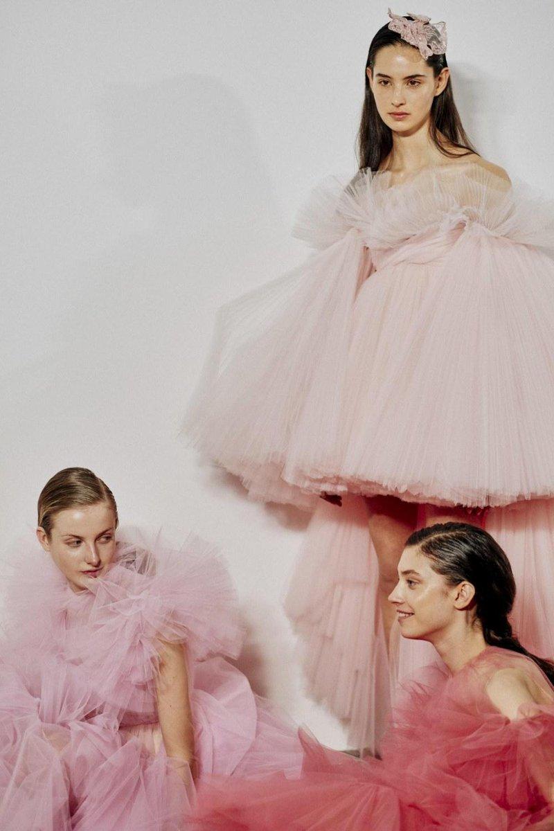 La nuova collezione @GiambattistaPR Haute Couture ha appena sfilato a Parigi #HauteCouture https://t.co/Vwkx9iyjfI