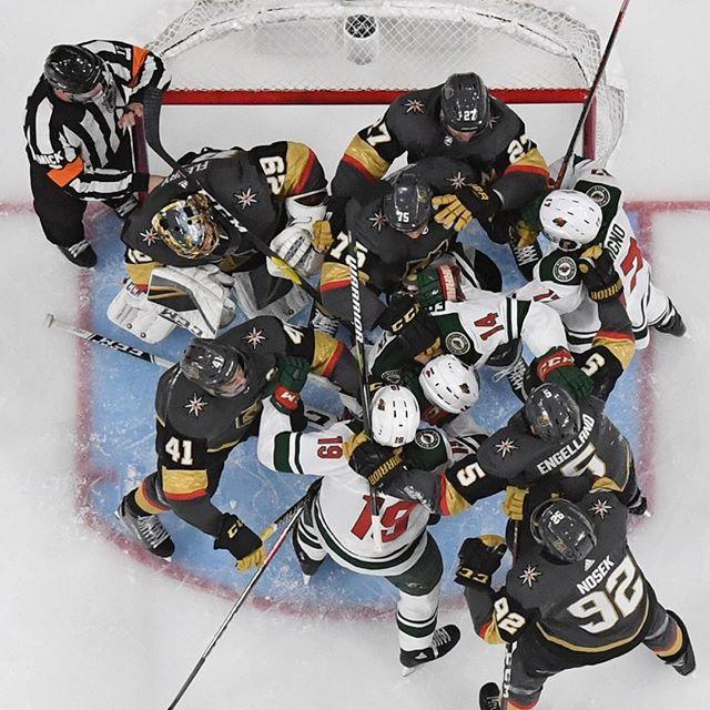 E' molto difficile capire cosa sta succedendo in questa immagine, scattata durante la partita di hockey su ghiaccio tra il Minnesota Wild e il Vegas Golden Knights: gli arbitri stanno cercando di separare i giocatori mentre si azzuffano ( 📸 Ethan Mil… https://t.co/QoHTOgmIdu