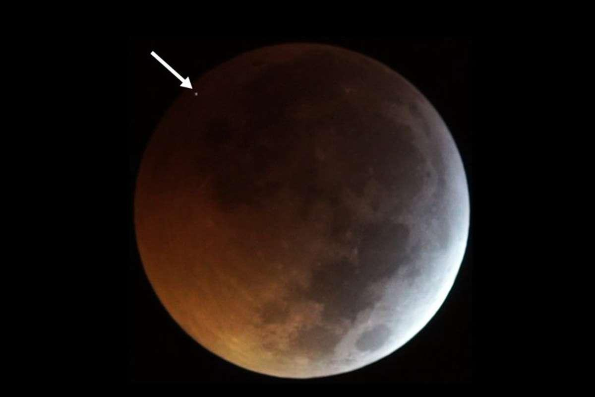 A meteorite hit the moon during yesterday's total lunar eclipse https://t.co/SdItUdH4pL
