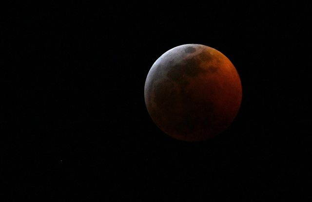 .@SETIBarbara from @BiPiSci took this photo of Sunday's #SuperBloodWolfMoon from the coast of the Gulf of Mexico. What an amazing shot! Camera information and more photos: https://t.co/yngygss2K8