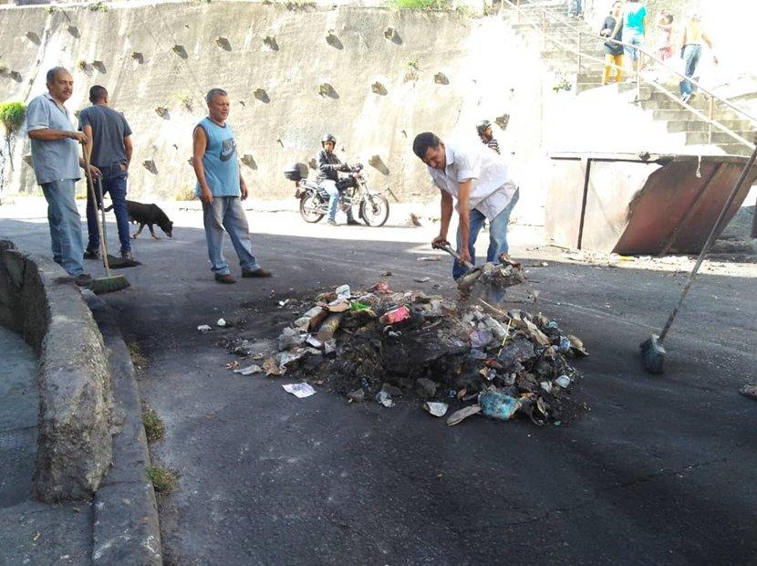 """Habitantes de Cotiza limpiaron las calles tras fuerte protesta: """"Estamos dando el ejemplo"""" #Fotos 📷 y #Video 📹 https://t.co/WmmNKKDD53"""