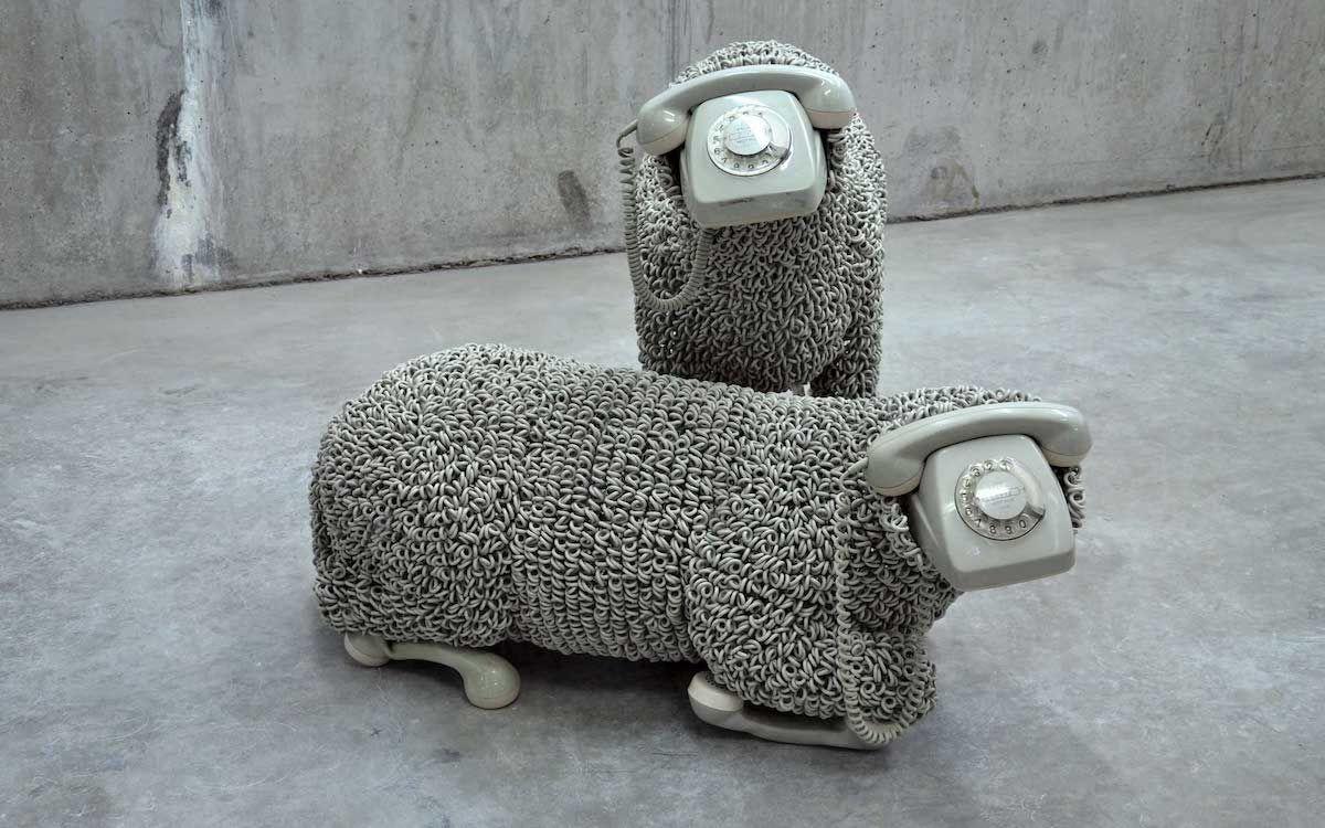 Cet artiste recycle de vieux téléphones pour donner vie à des moutons fascinants de réalisme - https://t.co/Bel1DIk8Rr