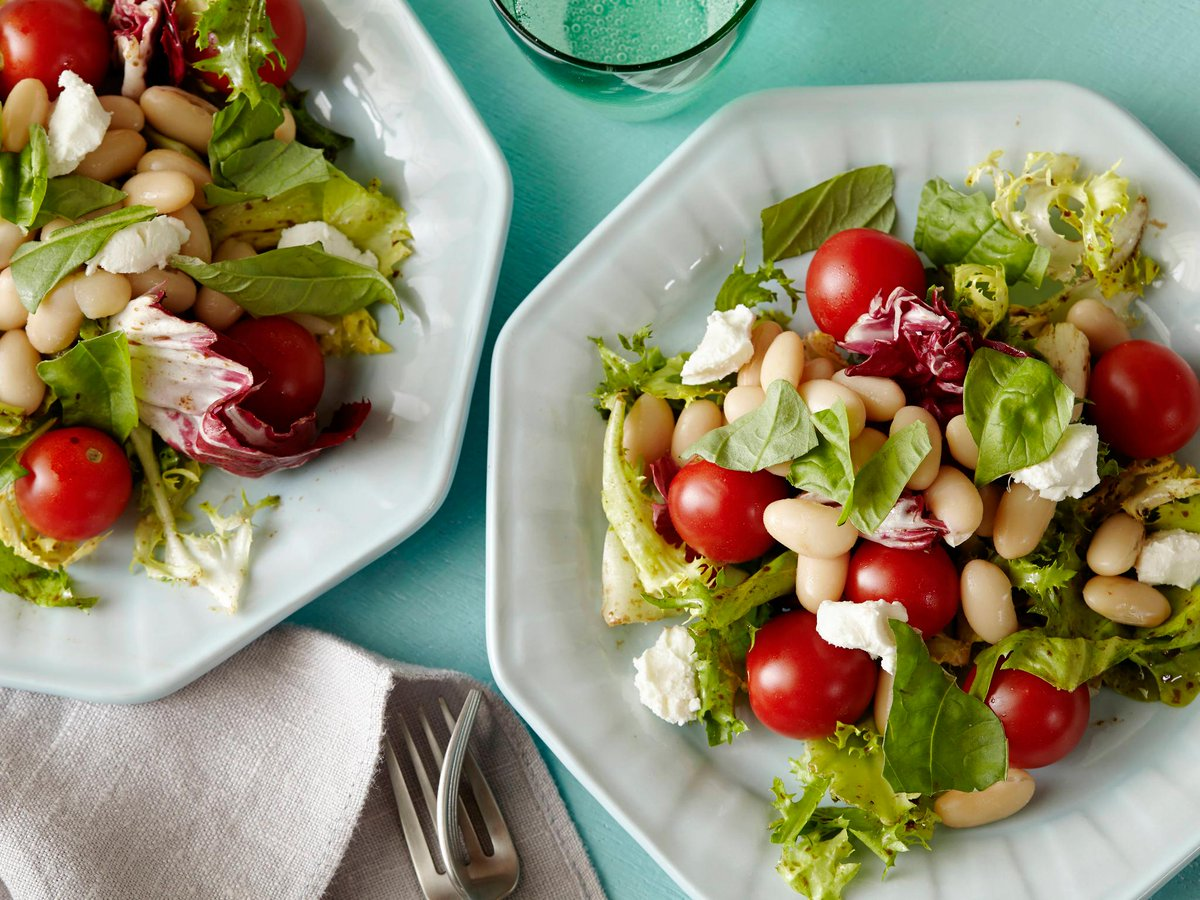 Think you don't have enough time to make your own lunch? This five-minute goat cheese, herb and white bean salad is full of protein for a fast, healthy meal: https://t.co/OD07Ae3oFO