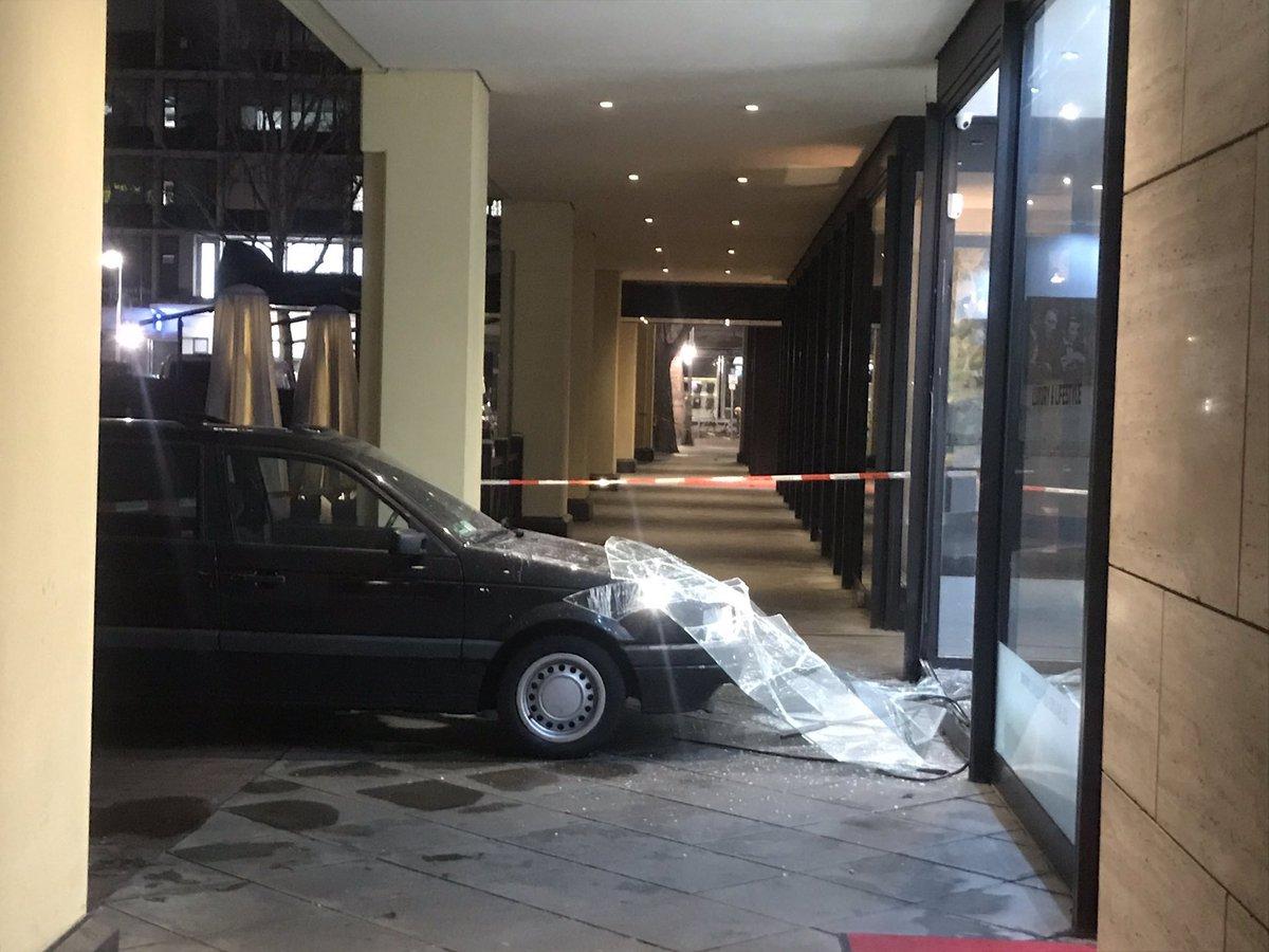 #Berlin #Charlottenburg - Blitzeinbruch in Juwelier, Täter mit PKW ins Geschäft gefahren und anschließend flüchtig, Fotos by @AlexanderDinger https://t.co/bIamw5o4W0