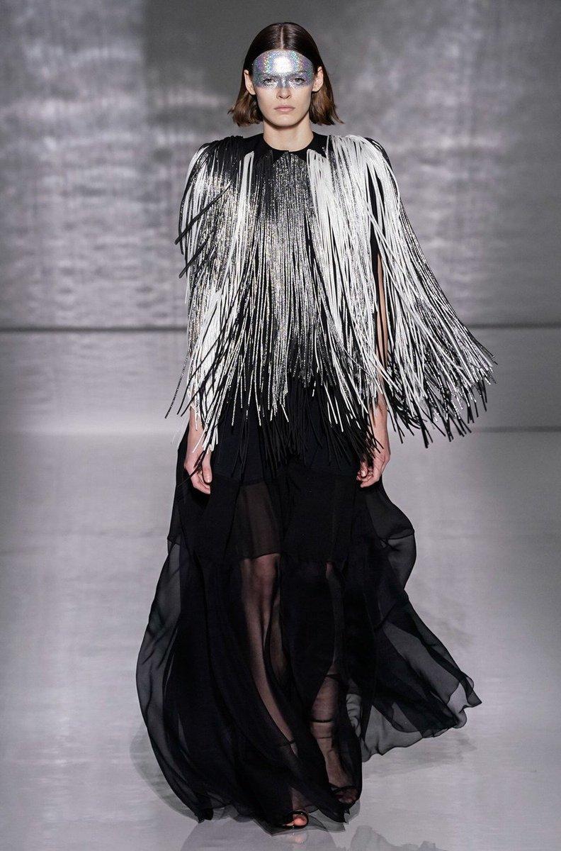 56dfec8ce829d Les premières images du défilé Givenchy haute couture printemps-été 2019  --  https