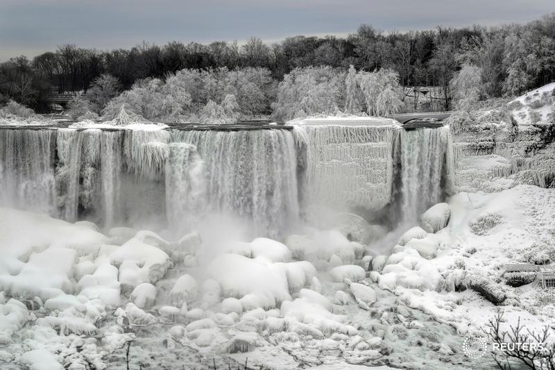 Frozen falls: The flowing waters of Niagara Falls partially freeze as the temperature drops https://reut.rs/2HqTnFT  📷 @moedoiron
