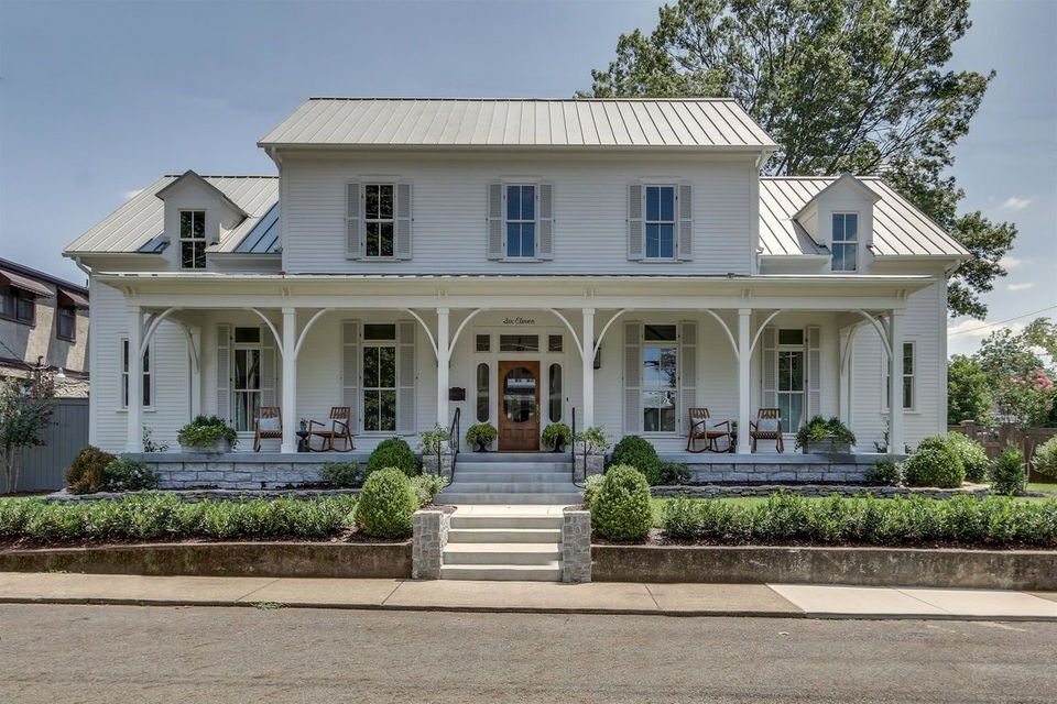 If you've ever seen the Food Network series 'Martina's Table,' you might recognize this spacious modern farmhouse in Franklin, Tennessee. It's on the market for $2.8 million.   If you like that front porch, you ought to check out the rooms inside! https://t.co/QtTKUuntV8