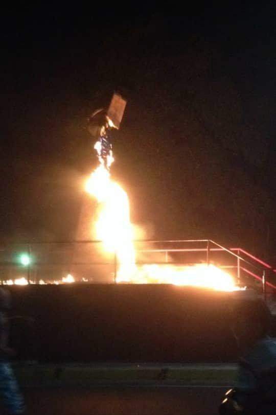#22Ene #Bolívar 10:30pm La estatua de Chávez en la avenida Dalla Costa de San Félix fue prendida en candela. https://t.co/Ohjiag66gm - @GEDV86