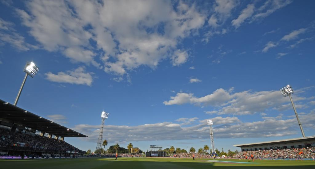 Sun halts play in Napier! 🌞  India are 44/1 in 10 overs, and they need 114 more runs to win the first ODI against New Zealand.  Follow #NZvIND live ⏬ https://t.co/Wslkq5ocbd