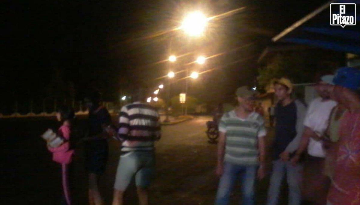 #Apure | Cacerolazo en la avenida Primero de Mayo a pocos metros de la residencia del Gobernador de  vecinos realizan cacerolazo  - vía#22Ene @brachem