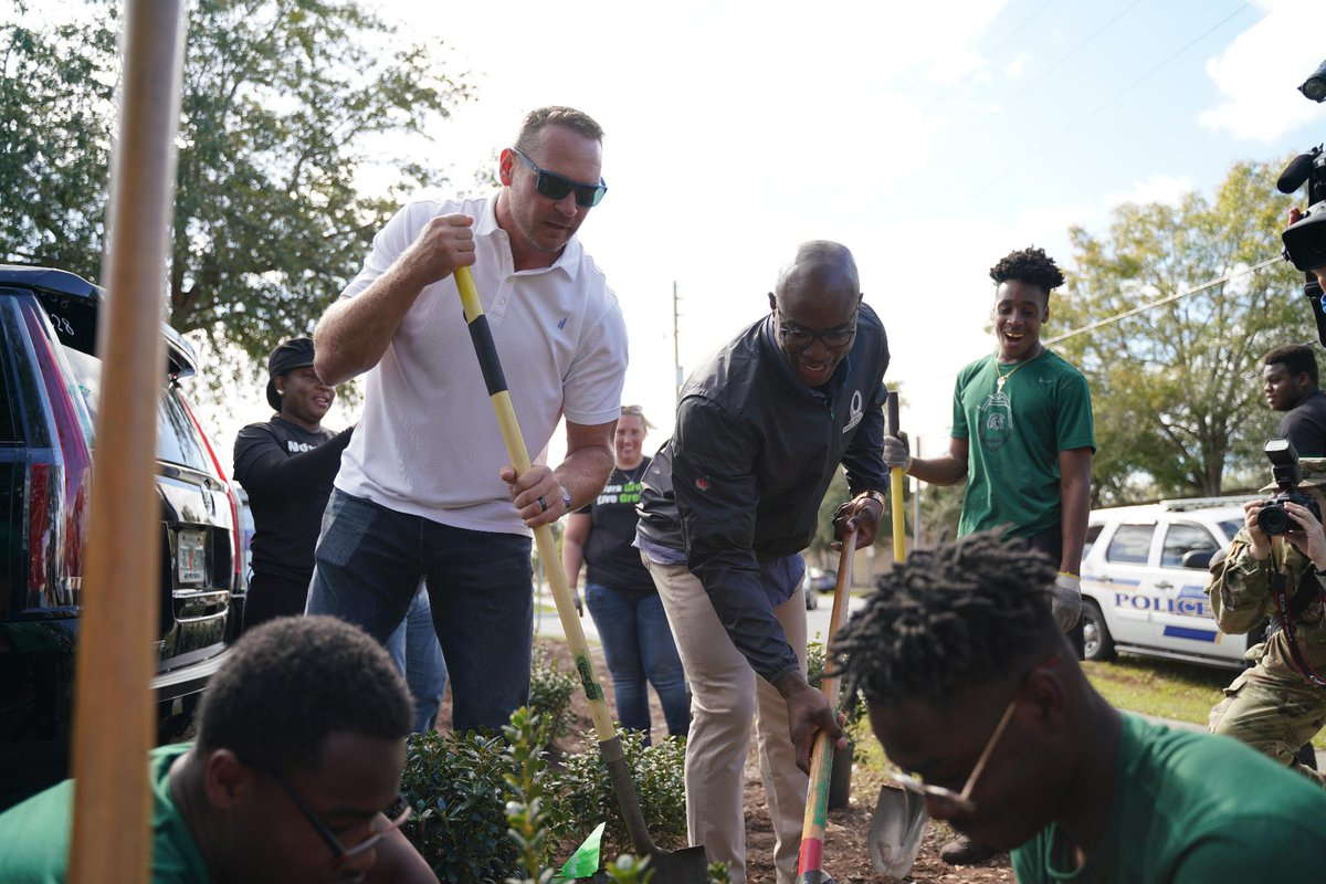 AFC/NFC Captains @BUrlacher54 and @DeMarcusWare kicked off #ProBowl week in Orlando by partnering with volunteers to revitalize Ivey Lane Park, providing the community with an interactive outdoor space for kids.