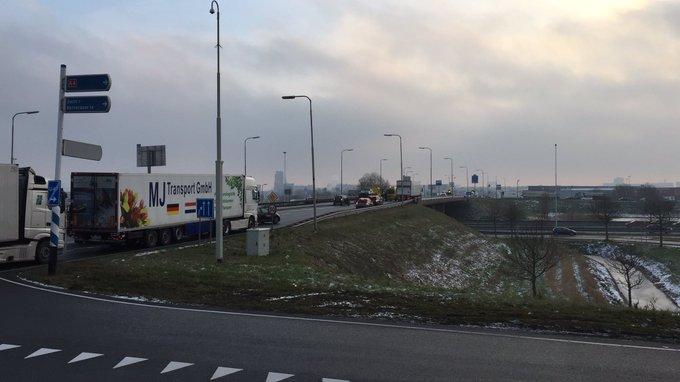 Ongeluk op de Wippolderlaan Den Hoorn vlak voor oprit naar A4 zorgt voor file tot aan de Veilingroute https://t.co/5IcPEvYyVp